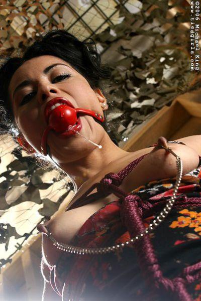 Секс видео девушка с кляпом во рту